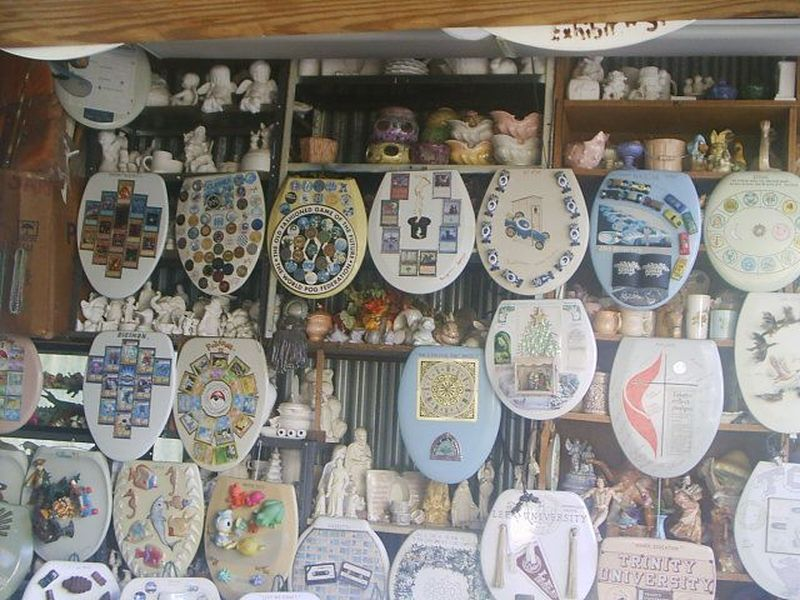 Museum unik ini bernama Barney Smiths Toilet Seat Art Museum. Destinasi unik ini berada di Kota San Antonio, Texas, Amerika Serikat (Barney Smiths Toilet Seat Art Museum/Facebook)