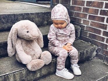Wah, bonekanya zampai diajak jalan-jalan gitu, Nak. (Foto: Instagram @tanja.madeleine)