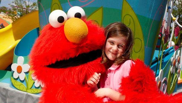 Foto bersama Elmo di Sesame Place./ Foto: sesameplace.com