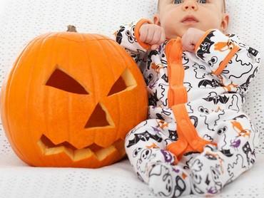 Bajunya juga bertema Halloween nih. (Foto: Instagram @dinksi_baby)
