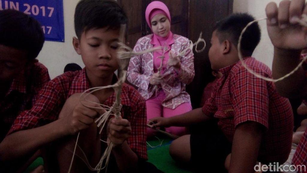 Serunya Anak SD di Jepara Ini Berlatih Membuat Wayang Rotan