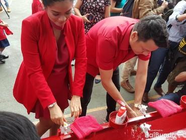 Pasangan selebriti Titi Kamal dan Christian Sugiono juga mengkampanyekan pentingnya cuci tangan pakai sabun.