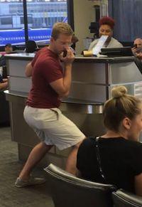 Bosan Delay, Pria Ini Nyanyi Pakai Microphone Staff Bandara