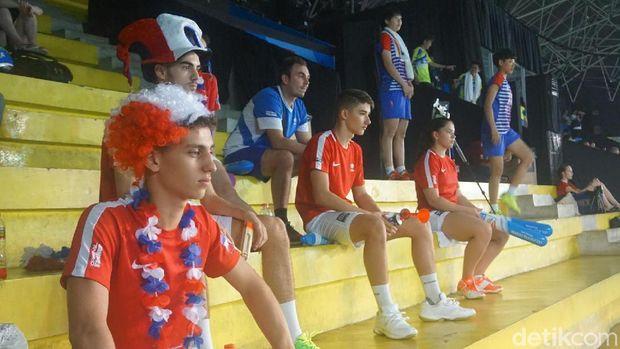 pemain negara lain mendadak menajdi suporter untuk mendukung rekan satu tim di Kejuaraan Dunia Bulutangkis Junior 2017.