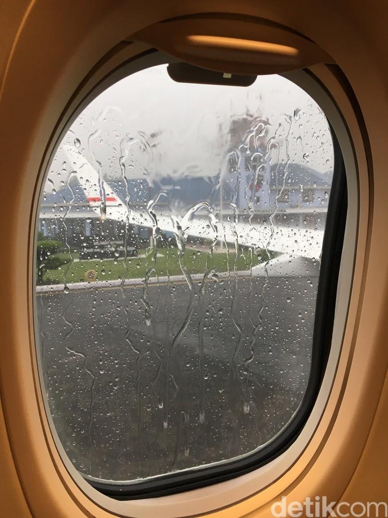 Hujan Deras Iringi Keberangkatan Jokowi ke Palembang