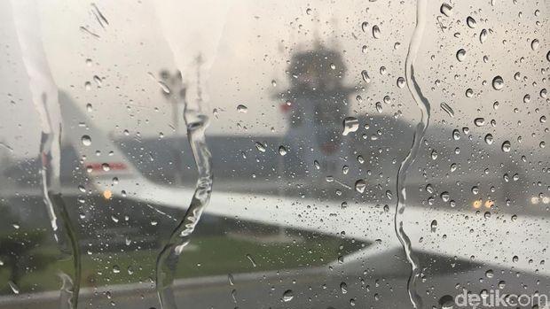 Presiden bersama rombongan bertolak ke Palembang dari Pangkalan TNI AU Halim Perdanakusuma menggunakan Pesawat Kepresidenan Indonesia-1