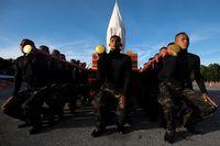Tentara yang berlatih untuk membawa tandu emas