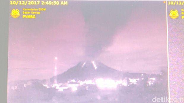 Penampakan Gunung Sinabung saat erupsi dini hari tadi