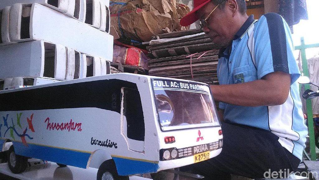 Di Tangan Pria Demak Ini, Limbah Triplek Bisa Disulap Jadi Bus Mainan