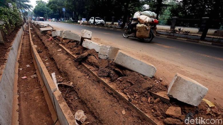 Cegah Banjir, Saluran Air di Jalan Jambore Cibubur Diperbaiki