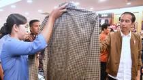 Saat Jokowi Melirik Baju Kotak-kotak di Mall