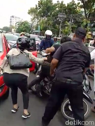 Screenshot video anggota TNI AL dan pemobil baku hantam di Rawamangun, Jaktim