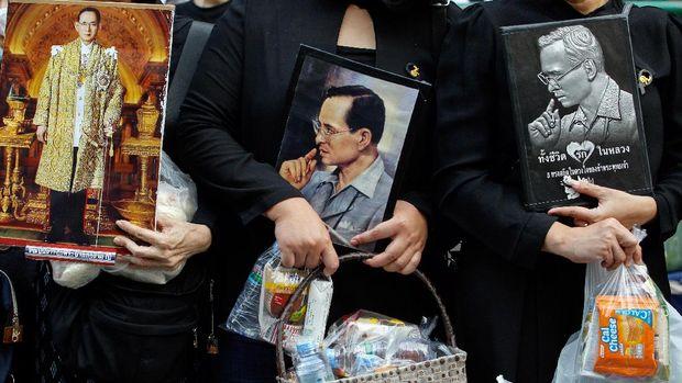Warga Thailand memperingati setahun meninggalnya Raja Bhumibol