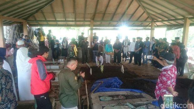 Jasad Mantan Pangdam III Siliwangi Dimakamkan Ulang di Garut