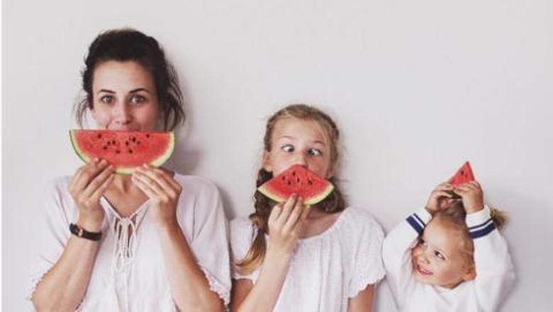Dominique dan kedua putrinya/ Foto: Instagram @allthatisshe