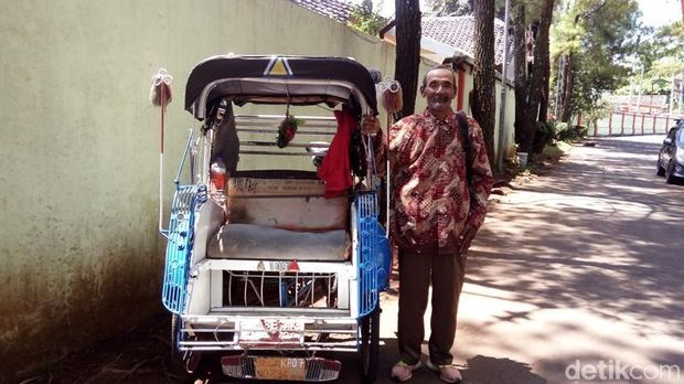 Darmiyanto bersama becaknya saat mendatangi kantor KONI Kota Salatiga.