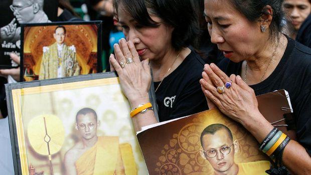 Warga Thailand memperingati setahun wafatnya Raja Bhumibol