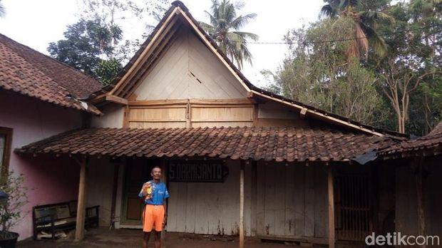 Kakek Darmiyanto di halaman rumahnya di Kabupaten Semarang.