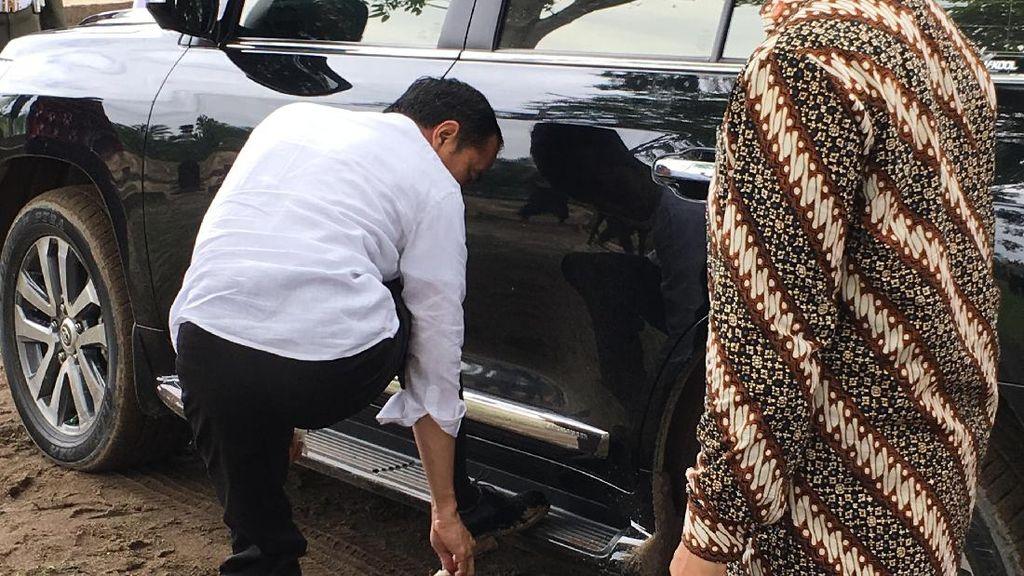 Bermodal Tisu, Jokowi Bersihkan Sendiri Sepatunya yang Berlumpur