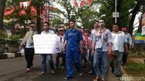 Puluhan Buruh Zombi Jalan Kaki dari Bandung ke Jakarta
