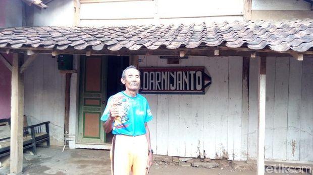Kakek Darmiyanto di depan rumahnya di Kabupaten Semarang.