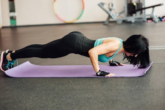 Tidak hanya bagus untuk membentuk trisep, push up juga membantu memperkuat otot pectoral, yaitu dua otot besar yang berada di dalam payudara. Awalnya, latihan ini mungkin sedikit melelahkan, untuk itu mulailah dengan mencoba 2 sampai 3 set dengan masing-masing sepuluh push up dalam sehari. Foto: Ilustrasi/thinkstock