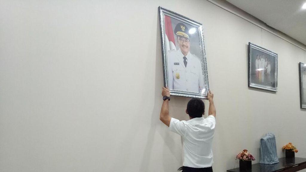 Foto: Barang dan Lukisan Djarot Diangkut dari Ruang Gubernur