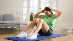 Bentuk payudara indah bisa didapat secara alami jika kita mau memfokuskan diri pada latihan fisik ringan, seperti kombinasi latihan berikut ini: