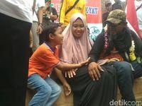 Tiba di Bekasi, Ade Kenzo Peluk Anak Istri
