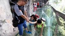 Jembatan Kaca China Retak Kalau Diinjak?