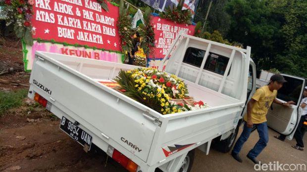 Karangan bunga yang dipindahkan dari Balai Kota sudah datang dari Kamis (12/10) kemarin