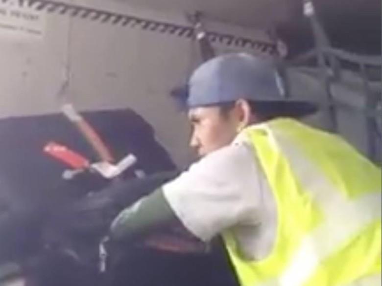 Viral Video Maling Koper Kembali - Jakarta Tak aksi pencurian tas dan koper di bagasi pesawat kembali Seorang pencuri terlihat tengah beraksi merogoh koper
