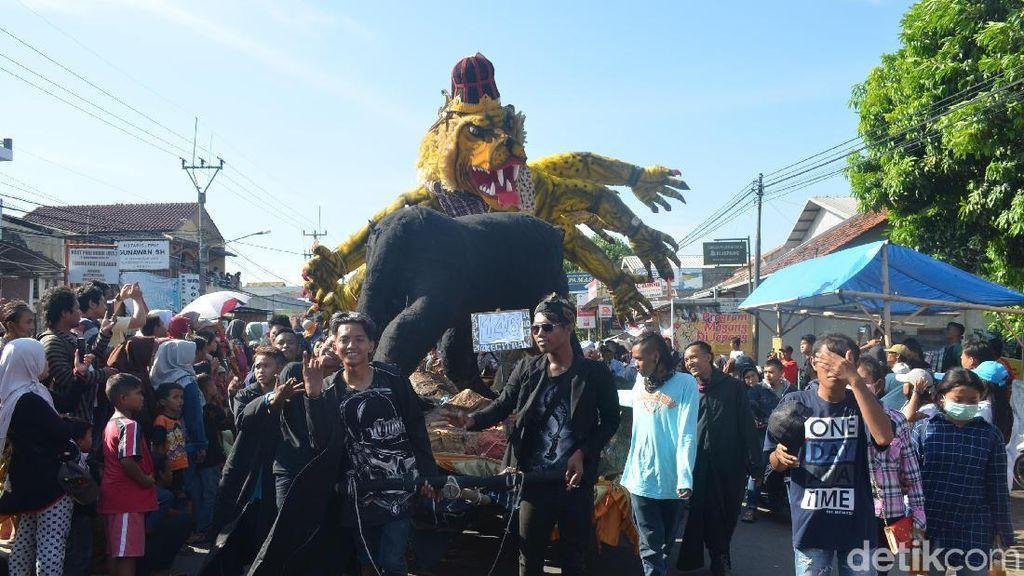 Masyarakat Tumpah Ruah Melihat Tradisi Nadran Gunung Jati