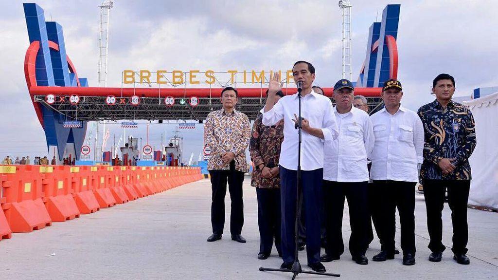 Gaya Jokowi Resmikan 297 Km Tol Baru di RI