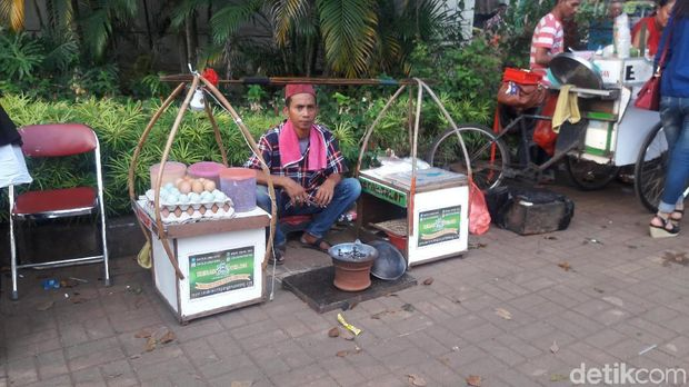 Pedagang kerak telor di Lapangan Banteng