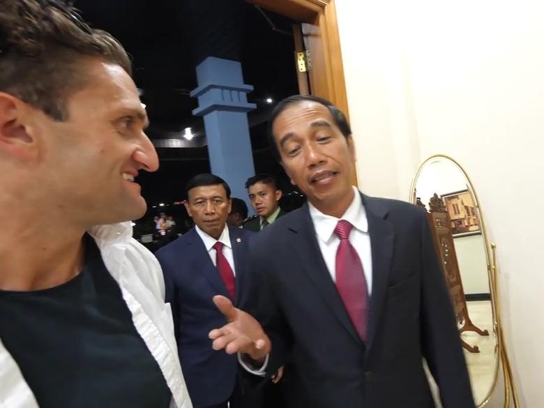 Jokowi Suka Nonton Vlog Youtuber - Jakarta Youtuber terkenal asal Amerika Serikat Casey Neistat mengunggah vlog Tampak Casey sempat ngobrol dengan Presiden Joko Widodo