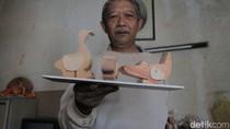 Maman Racik Limbah Kayu Jadi Mainan Karakter Aneka Satwa