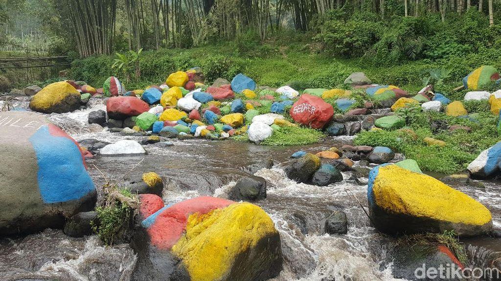 Bercat Warna-warni, Batu Kali di Malang Tuai Kontroversi