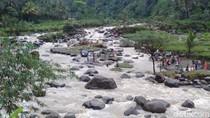 Tim SAR Evakuasi Mobil yang Hanyut Saat Banjir di Banyumas