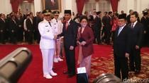 Foto: Momen Jokowi-Anies Salaman Usai Pelantikan