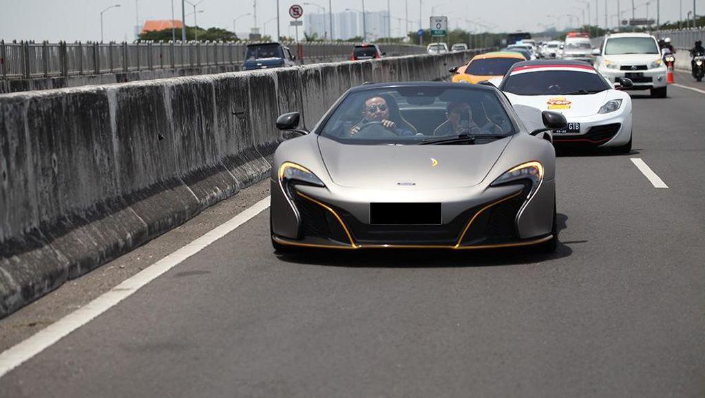 Mobil McLaren Jajal Tol Surabaya