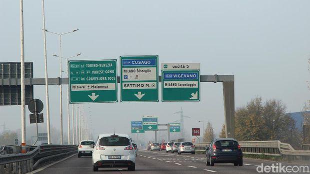 Petunjuk arah di tol Milan, Italia