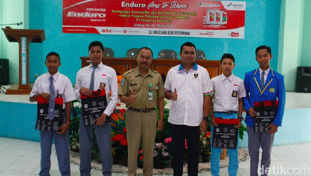Wakil Kepala BLKI Singosari Malang Sentot Fajar dan Sales Area Manager Retail Malang PT Pertamina Lubricants bersama siswa SMK.
