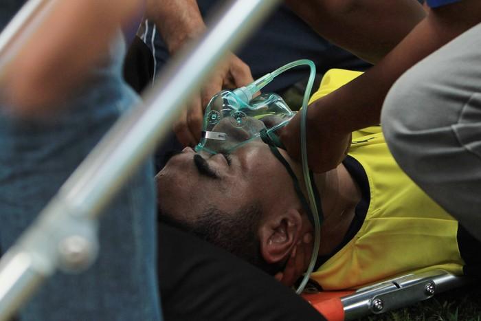 Mengangkat pemain cedera seperti Choirul Huda harus sangat berhati-hati. Foto: Rahbani Syahputra/Antara Foto