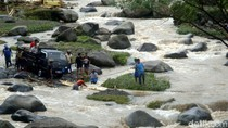 Proses Evakuasi Mobil dari Tengah Sungai Logawa