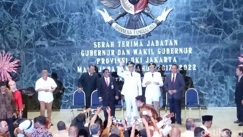 Anies Teken Dokumen Sertijab Gubernur DKI di Balai Kota