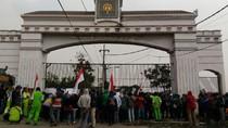 Akses Ditutup, Buruh Pabrik Kayu Unjuk Rasa di Depan AAL