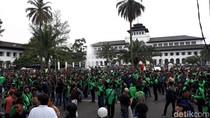 Sopir Ojek dan Taksi Online Kepung Gedung Sate Bandung