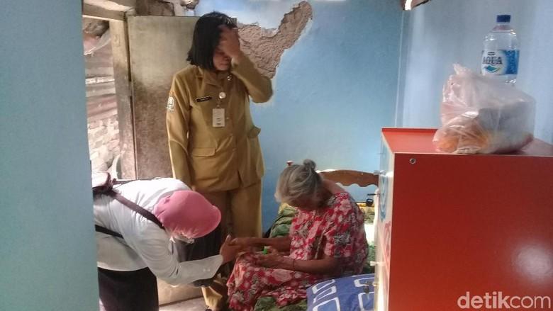 Derita Mbah Sri yang Tak - Ponorogo Keinginan Pemerintah Kabupaten Ponorogo memberi bantuan rumah untuk Mbah Sri nampaknya tidak akan untuk mendapatkan bantuan syarat