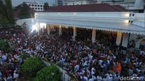 Ramai di Balai Kota, Warga Mulai Padati Acara Syukuran Anies-Sandi